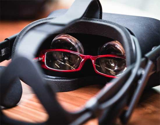 VR-гарнитуры Oculus Rift и HTC Vive: как пользоваться ими в очках [видео]