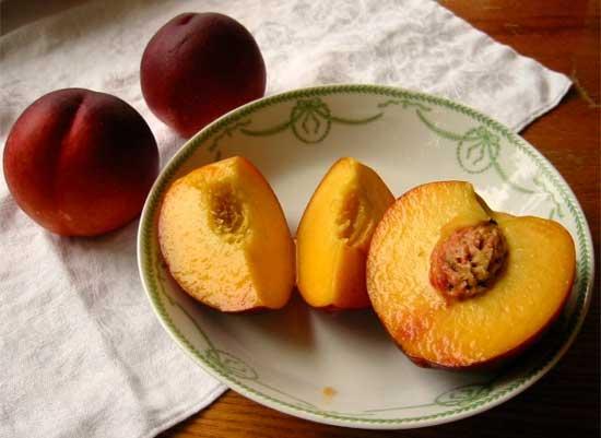 Плоды селекции или о том, как фрукты и овощи выглядели до знакомства с человеком [фото] - персик
