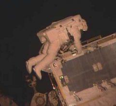 Астронавты NASA продолжают работы по замене батарей на МКС [видео]