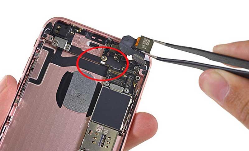 Мокрый смартфон: как сразу определить, насколько - индикатор влаги