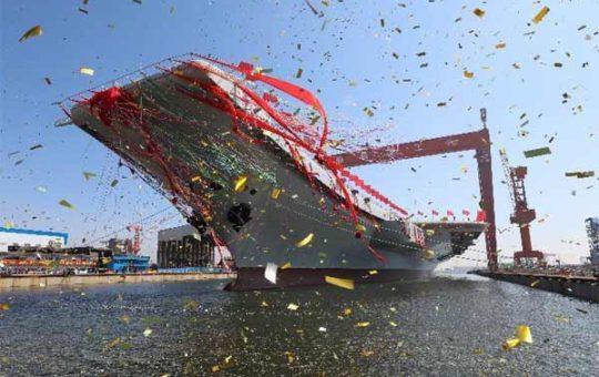 Состоялась церемония спуска на воду первого построенного в Китае авианосца [видео]
