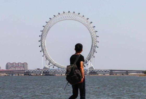 Уникальное безосевое колесо обозрения в китайском городе Вэйфан