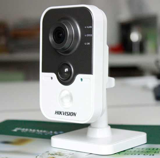 WiFi и IP внутренняя камера, то есть круглосуточная охрана дома