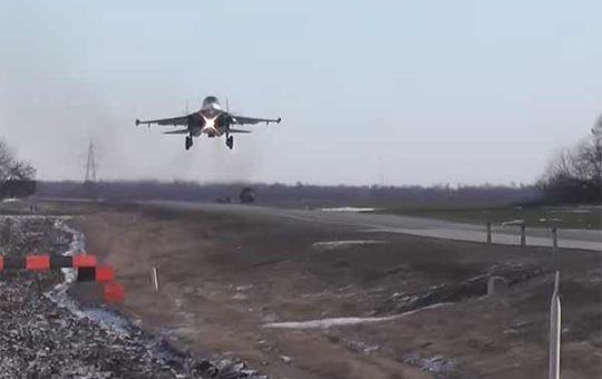 Первая в истории ВКС посадка СУ-34 и СУ-30М2 на обычную автотрассу [видео]