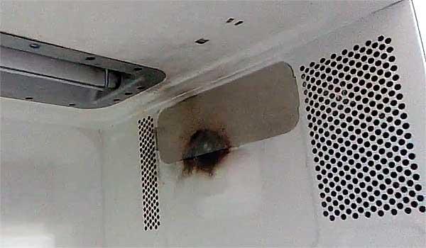 Неприятный запах из микроволновки: что горит, и что делать?