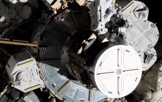 Астронавтки NASA начали первый парный женский выход в космос [видео]