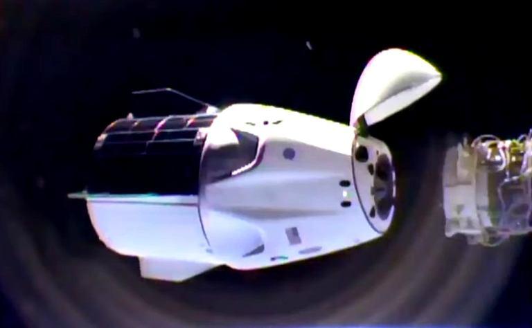 Перестыковка пилотируемого Crew Dragon к МКС [видео]
