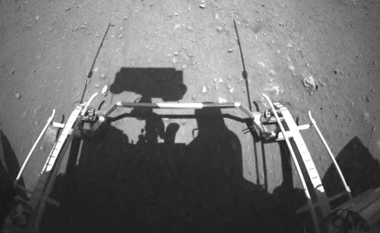 """Марсоход """"Чжужун"""" приступил к исследованиям [видео]"""