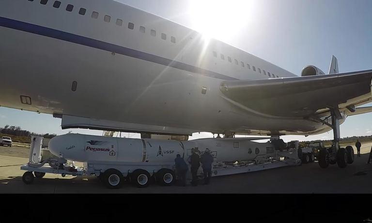 Подготовка к воздушному старту Pegasus XL с военным спутником TacRL-2 [видео]