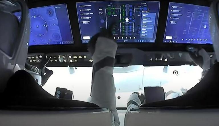Посадка пилотируемого Crew Dragon с гражданским экипажем [видео]