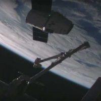 Сегодняшняя стыковка грузовика Dragon с МКС [видео]