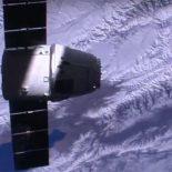 Стыковка грузовика Dragon с МКС [видео]