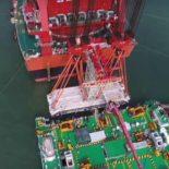 Крупнейший в мире плавучий кран Zhen Hua 30 на строительстве моста [видео]