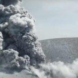 Кратер извергающегося вулкана Симмоэ: съемка с дрона [видео]
