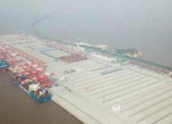 Китай открыл крупнейший в мире автоматический контейнерный терминал