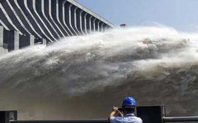 Противопаводковый сброс на плотине Санься [видео]