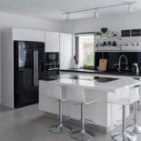 Черный холодильник на белой кухне: снова хит сезона?